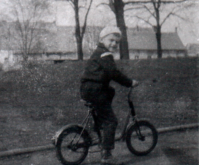 Na rowerze, w tle ulica Kaszubska