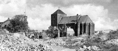 Bryła kościoła górowała nad ogromnym gruzowiskiem