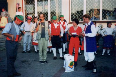 Uliczny występ portugalskiego zespołu ludowego w Tuchomiu.
