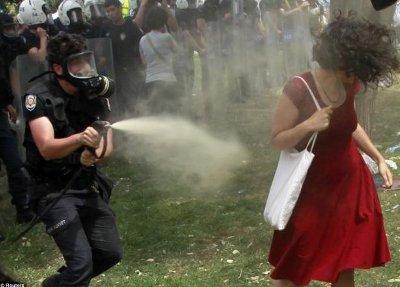 Turecka kobieta w czerwieni